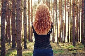 femme_devant_arbres